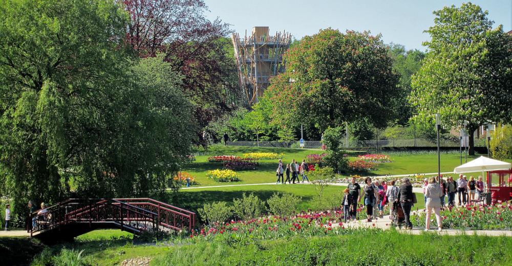Blumen, Wege, Brücke und Besucher der Landesgartenschau