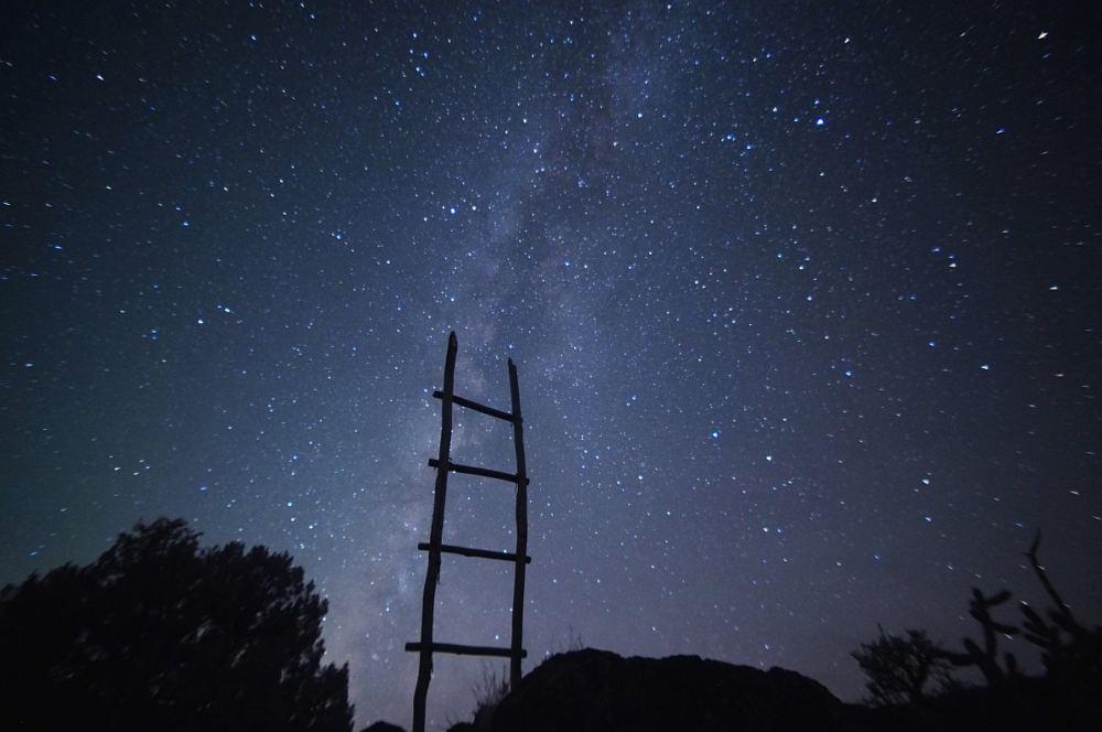 Eine Leiter führt hinauf bis zu den Sternen.