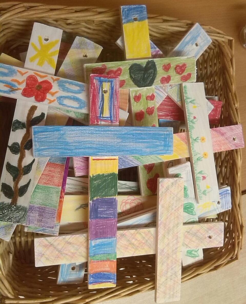 Die Kinder haben bunte Holzkreuze gebastelt.