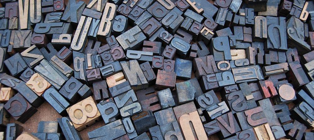 """Ein Haufen von Drucklettern, Buchstaben wild durcheinander, als Symbolbild für die Frage """"Was ist Wahrheit?"""""""