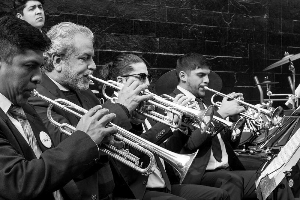 Die Trompetenspieler in einem Posaunenchor
