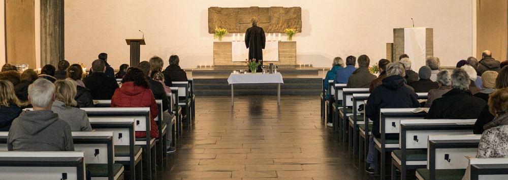 Blick in das Kirchenschiff während eines Gottesdienstes