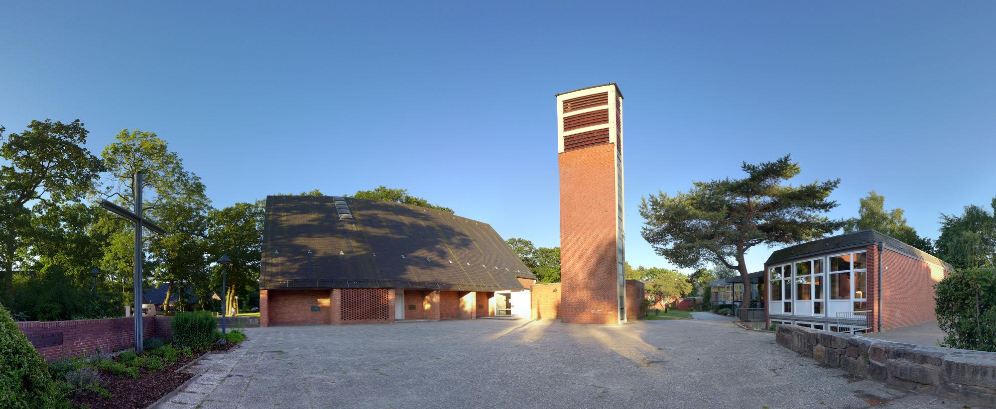 Panoramaaufnahme Cornelius-Kirche mit Kirchhof