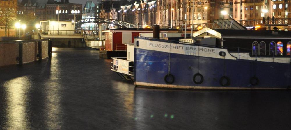 Blick auf den abendlichen Binnenhafen mit der Flussschifferkirche