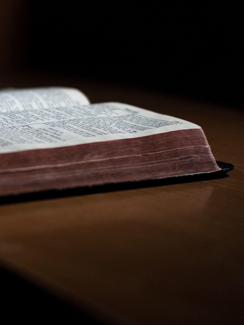 Foto einer aufgeschlagenen alten Bibel.