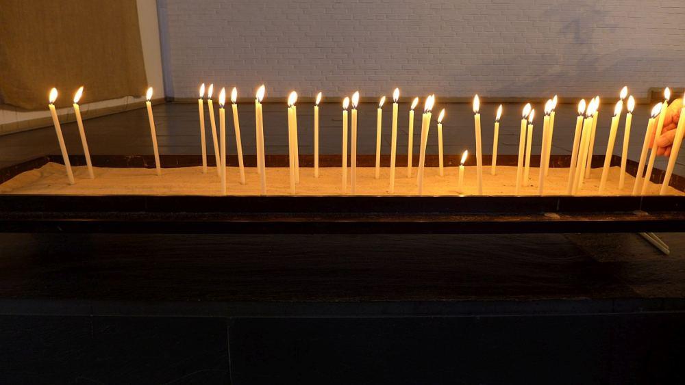 Kerzenbecken in der Cornelius-Kirche mit vielen brennenden Kerzen.