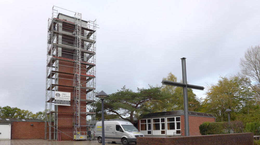 Kirchturm der Cornelius-Kirche mit Baugerüst