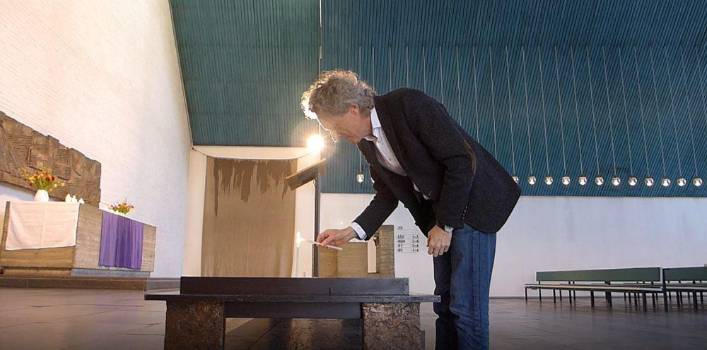 Pastor Gerhard Janke zündet in der Cornelius-Kirche eine Kerze an