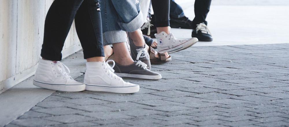 Füße von Jugendlichen mit Chucks