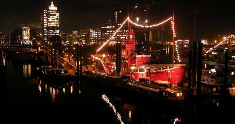 Hamburg-Museumsschiff,Hafen und Hochhaus bei Nacht