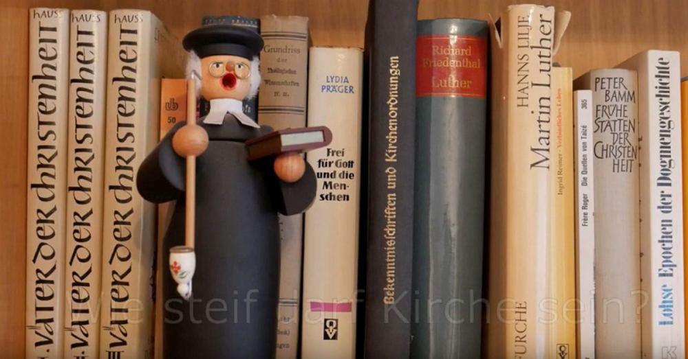 Ein Räuchermännchen als Lutherfigur in einem Bücherregal