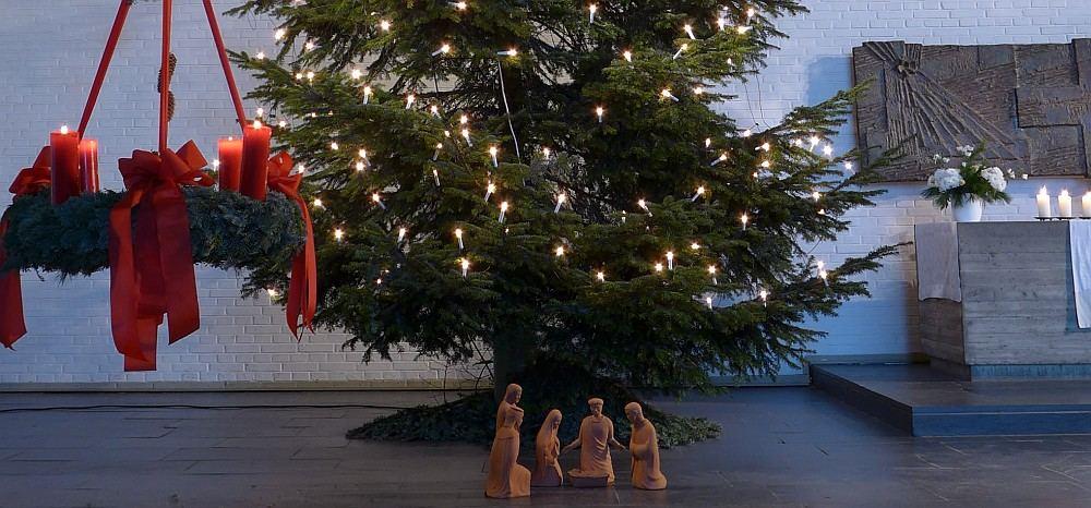 Adventskranz, Weihnachtsbaum, Krippenfiguren